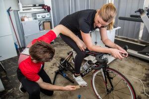 Frau auf dem Rad beim Bikefitting