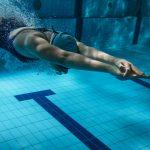 persönliches Schwimmtraining im Pool Frau taucht