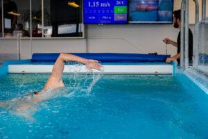 Athlet im Schwimmkanal