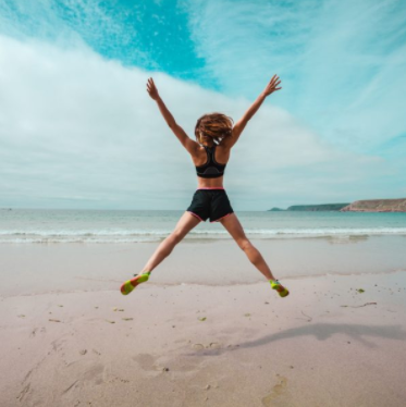 Athletik, hüpfende Frau