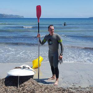Seeschwimmen mit Begleitung Mann mit SUP