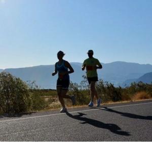 Zwei Läufer auf Strasse